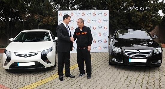 Galatasaray Spor Klubü Teknik Direktörü Fatih Terim_Opel Türkiye Genel Müdürü Özcan Keklik_Opel Ampera_Opel Insignia BiTurbo_otomobiltutkunu_2013