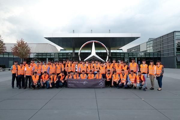 Mercedes-Benz Türk, 50. kuruluş yıldönümünde çalışanlarına yönelik düzenlediği etkinlik ve sürprizlere bir yenisini ekleyerek çekiliş ile belirlediği 50 mavi yakalı çalışanını,